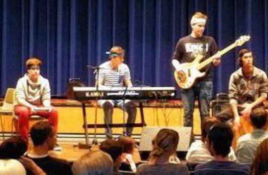 Das Monday-Noon-Orchestra (o.) und die Banana-Bandana-Band (u.l.) präsentierten beim Konzert im ...