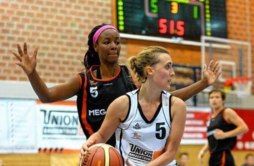 Sabina Merrill (TSV Amicitia, Nummer 5) behauptet den Ball gegen Simone Deloach von den ...