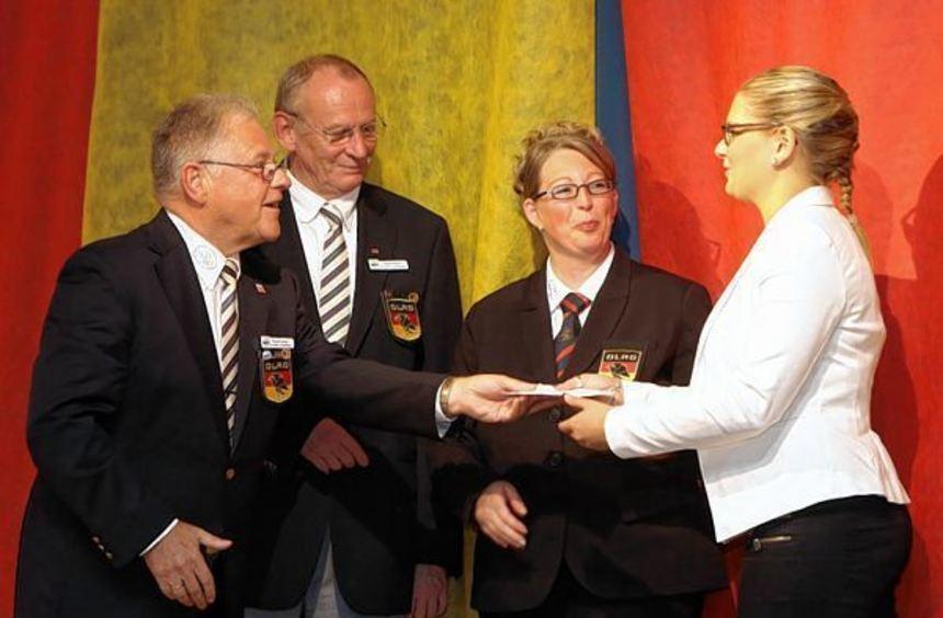 Spende an die Jugend: Ehrenpräsident Karl Blum, Landesvorstand Rudolf Keller, Vorsitzende Susanne ...