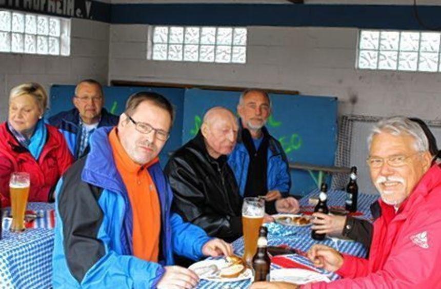Die Besucher ließen sich Weißwürste, Brezeln und das Bier schmecken.