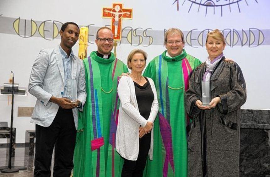 Strahlende Gesichter - von links: Kibreab Habte Michael, Pfarrer Ignatius Löckemann, Dorothee ...