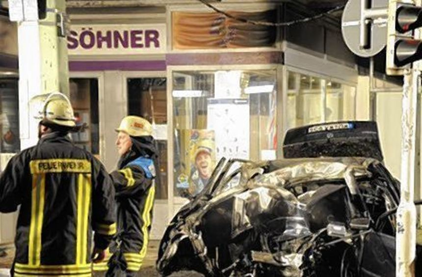 Der 21-Jährige war im brennenden Wagen eingeklemmt.