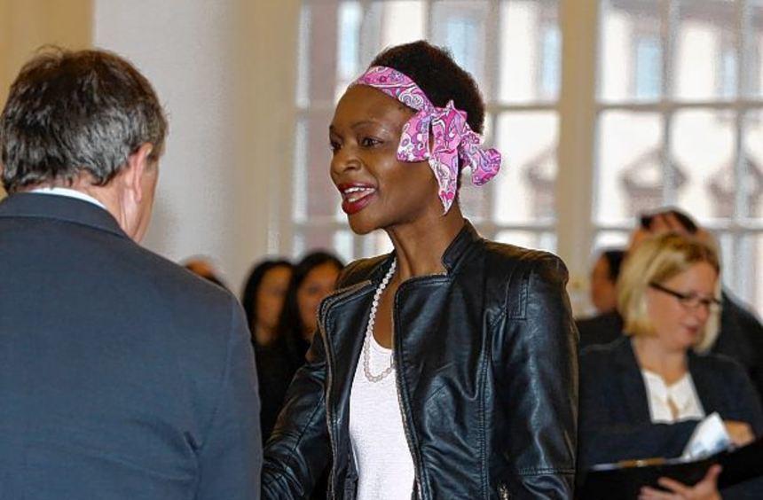 Ein ganz besonderer Tag: Jennifer Omorodion aus Nigeria wird von Oberbürgermeister Dr. Peter Kurz ...