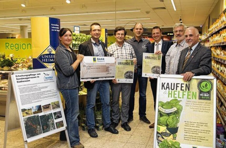 3000 Euro erhielt der Naturschutzbund von der Edeka Südwest. Die Spende wurde im Markt in Lautern ...
