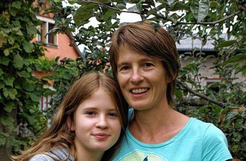 """Geborgen: Mama Tilla Hanstein unterstützt Tochter Tabea, alias """"Lola auf der Erbse"""" bei ihren ..."""