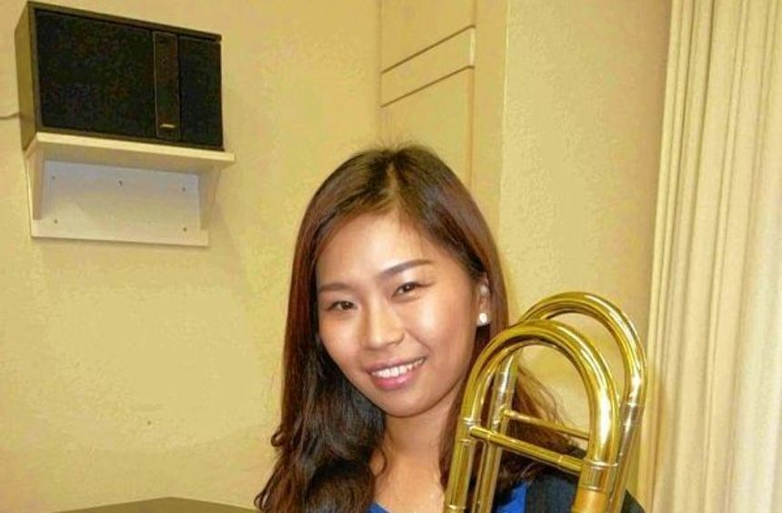 Die Südkoreanerin Song-Hee Kim und BWL-Student Sven Mettner freuen sich über die Auszeichnung ihrer ...