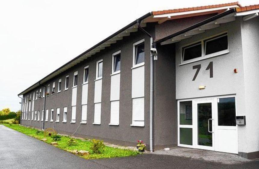 Das Landratsamt plant den Kauf des ehemaligen Asylbewerberwohnheims (Bild) in der Industriestraße ...