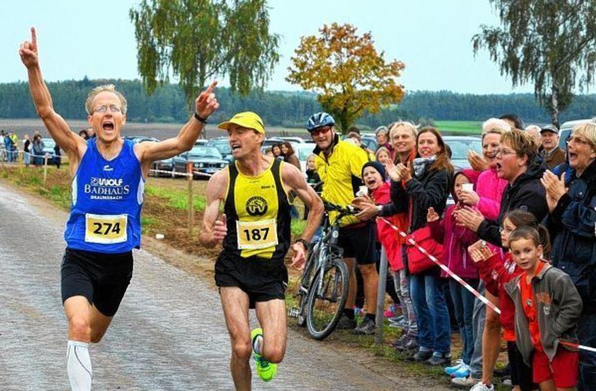 Spurtentscheidung: Das Hauptrennen beim traditionellen Muswiesenlauf in Rot am See gewann Stefan ...