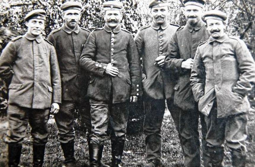 Der Lampertheimer Jakob Billau (dritter von rechts) kehrte unversehrt aus dem Ersten Weltkrieg ...