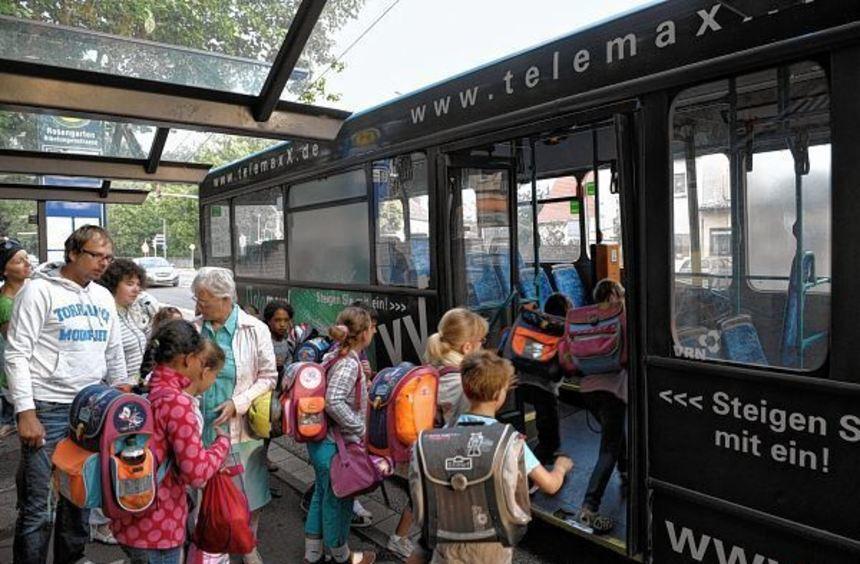 Alltägliche Szene: Jungen und Mädchen steigen in einen Schulbus. Nicht alltäglich ist, was sich auf ...