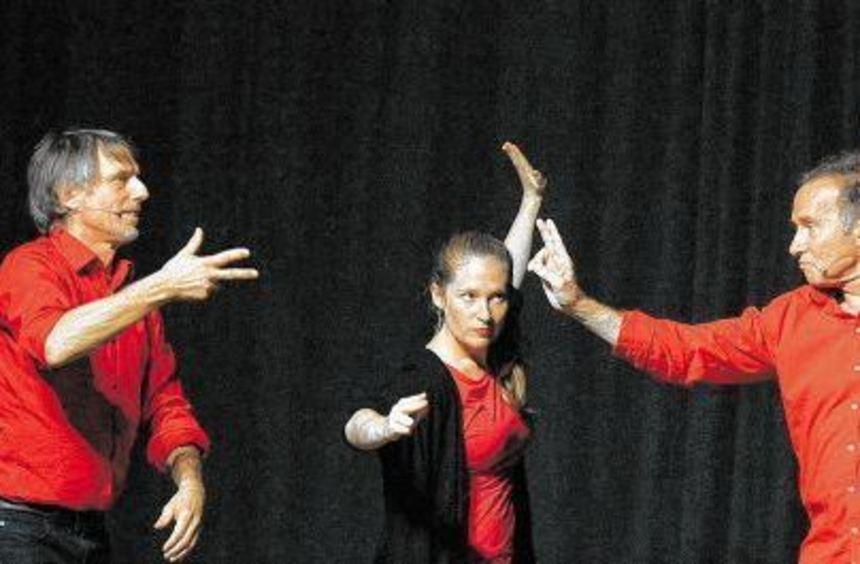 """Mit Teamwork improvisierte sich die Stegreif-Truppe des Theaters """"Emscherblut"""" bei Forum Kultur ..."""
