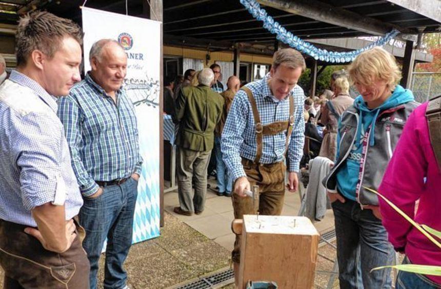 Rein mit dem Nagel: Ein kleines Programm zum Mitmachen sorgte beim Oktoberfest des Friedrichsfelder ...