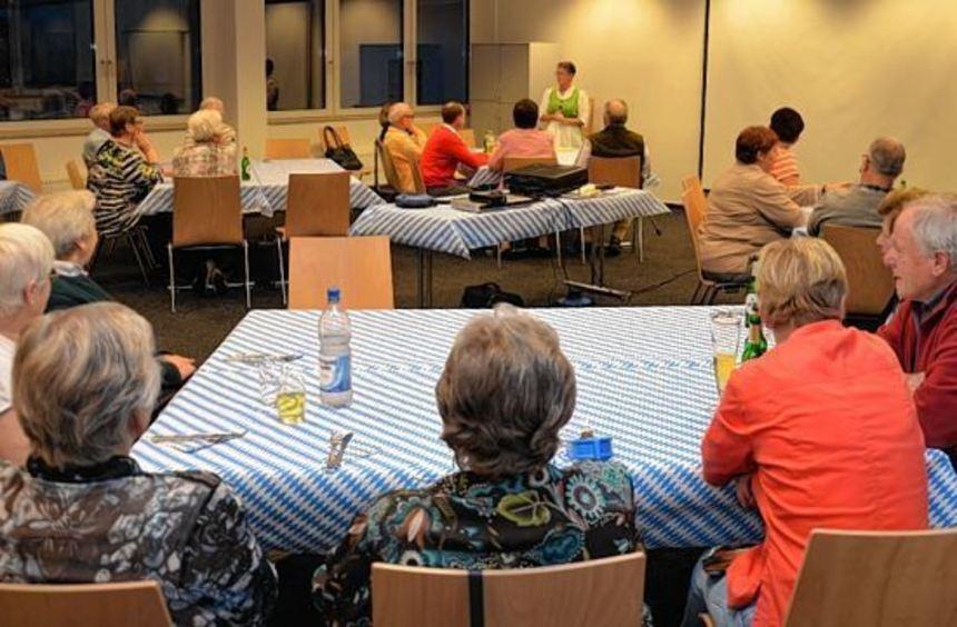 An weiß-blau gedeckten Tischen freuten sich die Besucher beim Themenabend der Siedler auf leckeres ...
