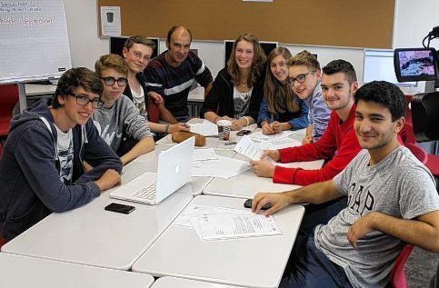 Bei der Arbeit: Benjamin Mayer, Max Kalis, Christian Große, Lehrer Christian Mahnke, Christina ...