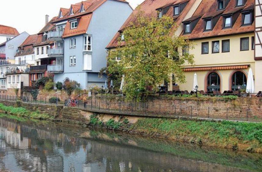 Die Mauer am rechten Tauberufer zwischen der Tauberbrücke und dem Messbrückle weißt auf einer Länge ...