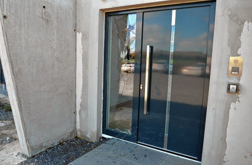 Zwei Männer warfen am Dienstagnachmittag eine Glasscheibe neben der Tür des Büros der ACR ein. Die ...