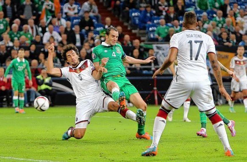 Aus dem erhofften Dreier gegen Irland wurde nichts - John O'Shea (Mitte) kommt vor Mats Hummels ...