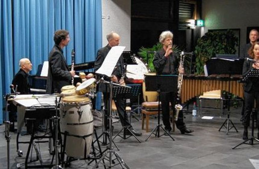 Während Musiklehrer Matthies Andresen (rechts) noch das Mikrofon für Birgitta Assheuers Lesungs ...