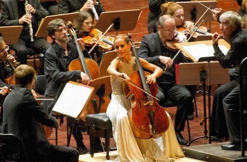 Sol Gabetta unter - beziehungsweise hier neben - Dirigent Giovanni Antonini im Rosengarten.