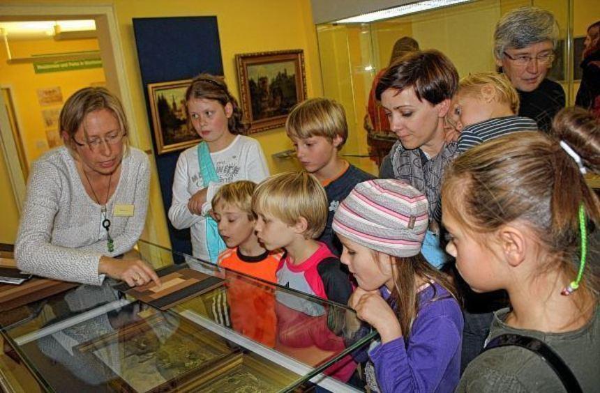 Kindgerecht führte Stefanie Arz (links) im Wertheimer Grafschaftsmuseum am Dienstagnachmittag durch ...