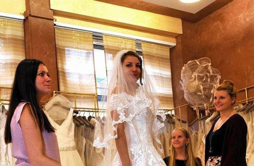 Schwester Alina (rechts) und Nichte Mina (2.v.r.) blicken voll stolz auf die Braut in spe: Jenny ...
