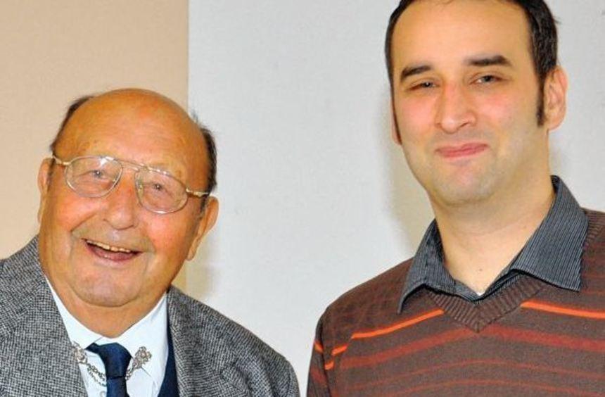 Andreas Forell (rechts) dankt Fritz Dölger für dessen Treue.