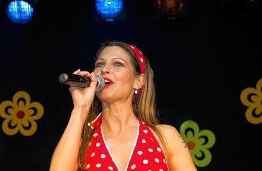 Rotes Kleid mit weißen Punkten: Sängerin Selina Bald erobert die Herzen des Publikums mit ihrem ...