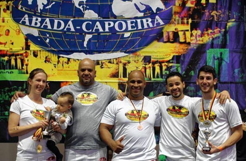 Lila Sax dos Santos Gomes (l., mit Sohn Alexandre auf dem Arm) freut sich über den zweiten Platz ...