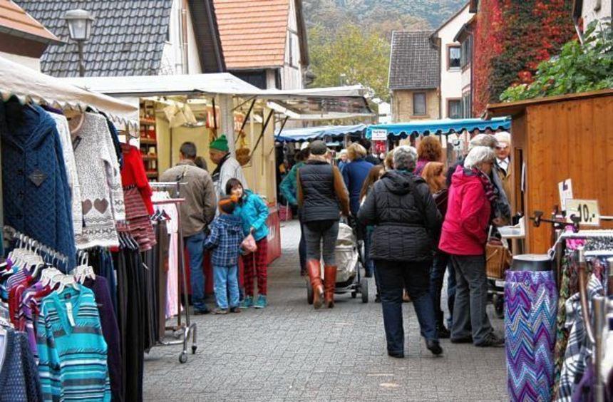 Jung und Alt bummelten über den Herbstmarkt in Sindolsheim.