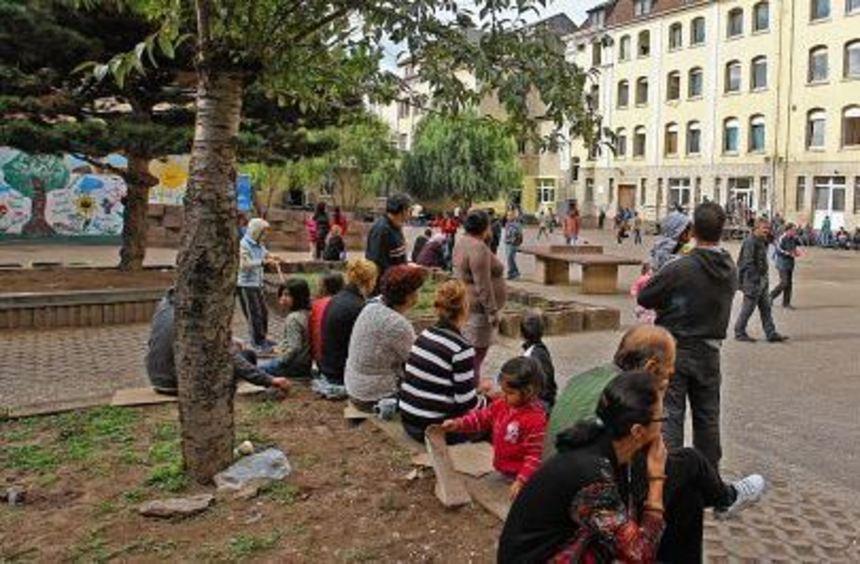 Warten auf eine Zukunft in Deutschland: Flüchtlinge im Hof der Erstaufnahmestelle in der ...
