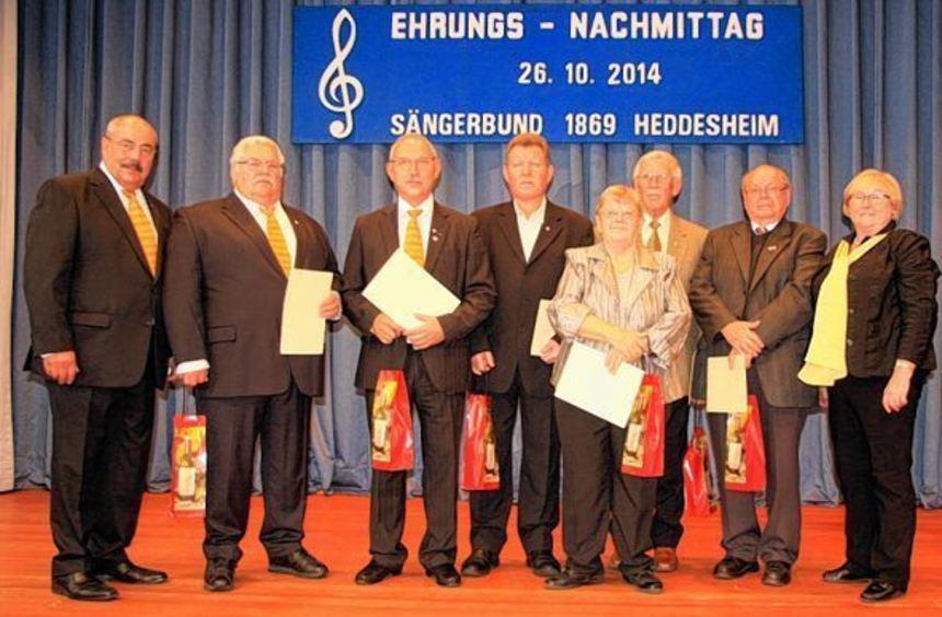 Sängerbund-Vorsitzende Edith Sollich (rechts) ehrte bei einer Veranstaltung im Bürgerhaus ...