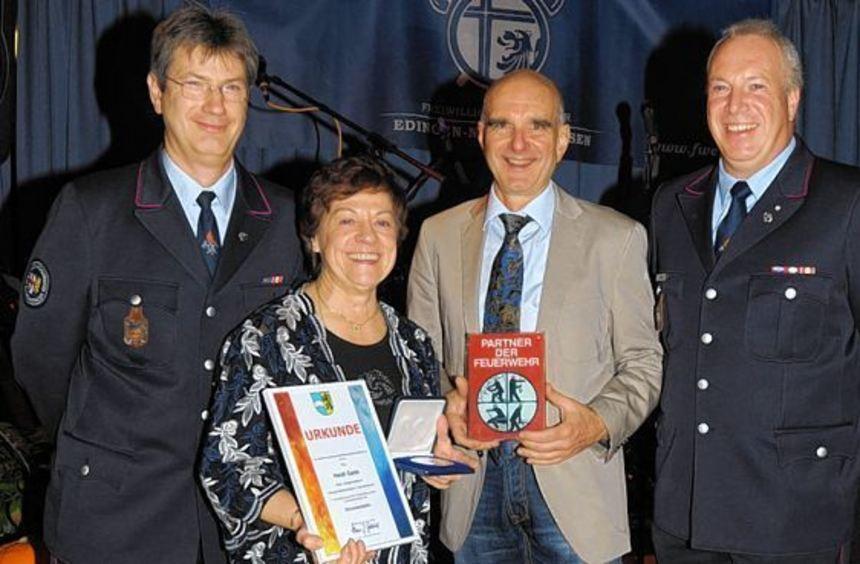 Sonderehrung beim Feuerwehrball. Unser Bild zeigt (v. l.) Stephan Zimmer, Heidi Gade, Horst Schmitt ...