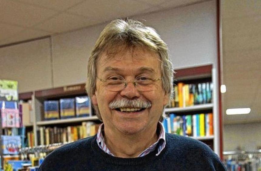 Herausgeber Karlheinz Hock mit dem Titelblatt des neuen Buchs über Bürstadt, das am 14. November ...