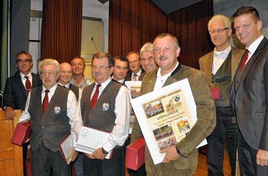 Geehrt: Unser Bild zeigt (von links) den Vorsitzenden Michael Öchsner, Ewald Rein, Dieter Schmitt, ...