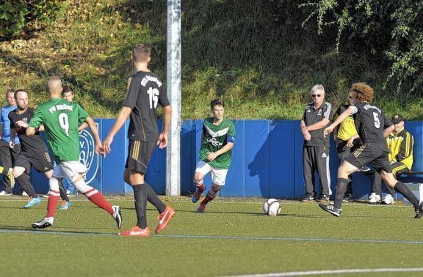Der FV Brühl (am Ball Roman Gabauer) setzt gegen Neuling TSV Kürnbach auf seine Qualitäten in der ...