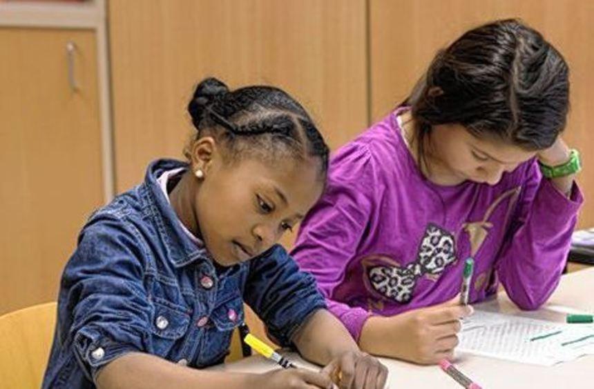 Schülerinnen aus Libyen und Albanien beim Deutschlernen.