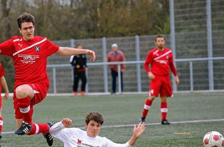 Immer mit vollem Einsatz dabei: Florian Schmitt springt in dieser Szene über Lukas Galinski ...