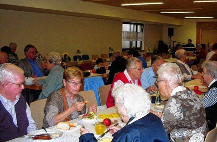Beim geselligen Treffen nach der Jubiläumsfeier der Martinsgemeinde erinnerten sich Mitglieder auch ...