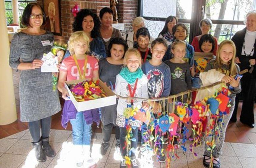 Schüler der Vogelstang-Grundschule, links die neue Schulleiterin Martina Schmidt, brachten den ...