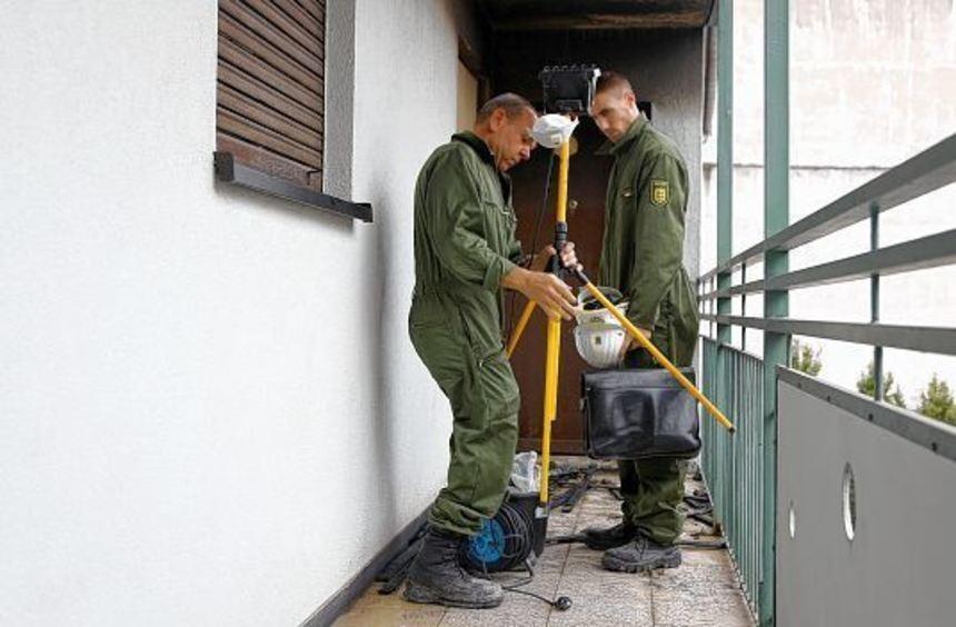 Spurensicherung: Kriminalbeamte ermitteln die Ursache des Feuers, das gestern Nacht gegen 1 Uhr in ...