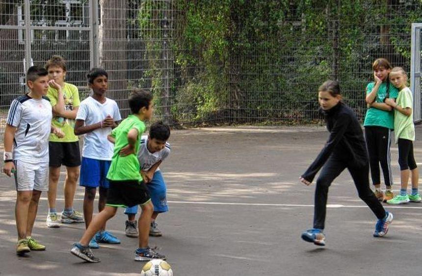 Auf zum Elfmeterschießen: Mädchen und Jungen freuen sich über das neue Ballspielfeld am ...
