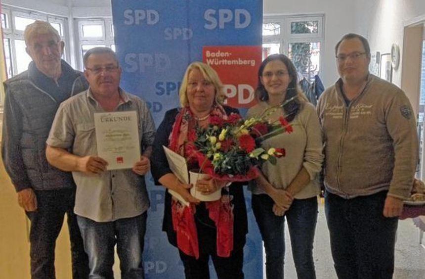 Margarete Gauß (Mitte) und Muharem Aljic (Zweiter von links) wurden für langjährige Mitgliedschaft ...