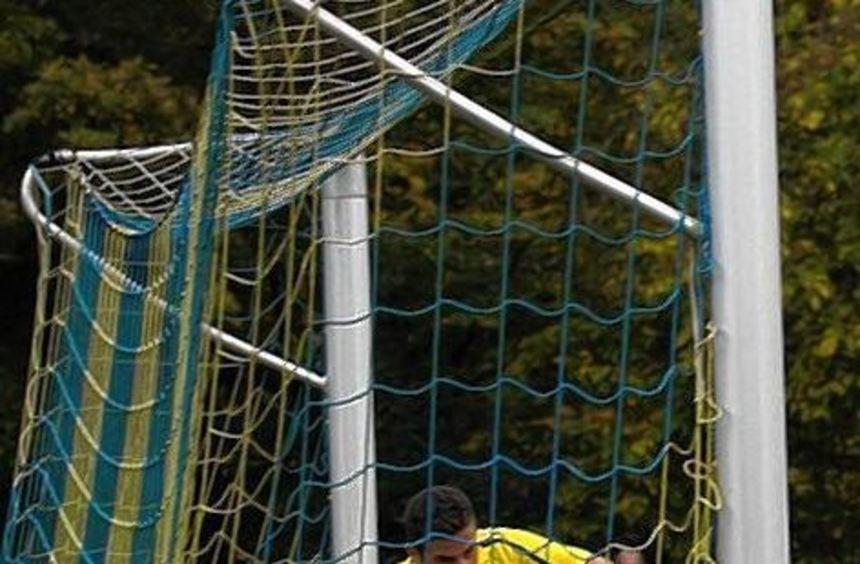 Manchmal muss man als Offensiv-Spieler auch hinten klären: Dennis Hutter will mit dem TSV Höpfingen ...
