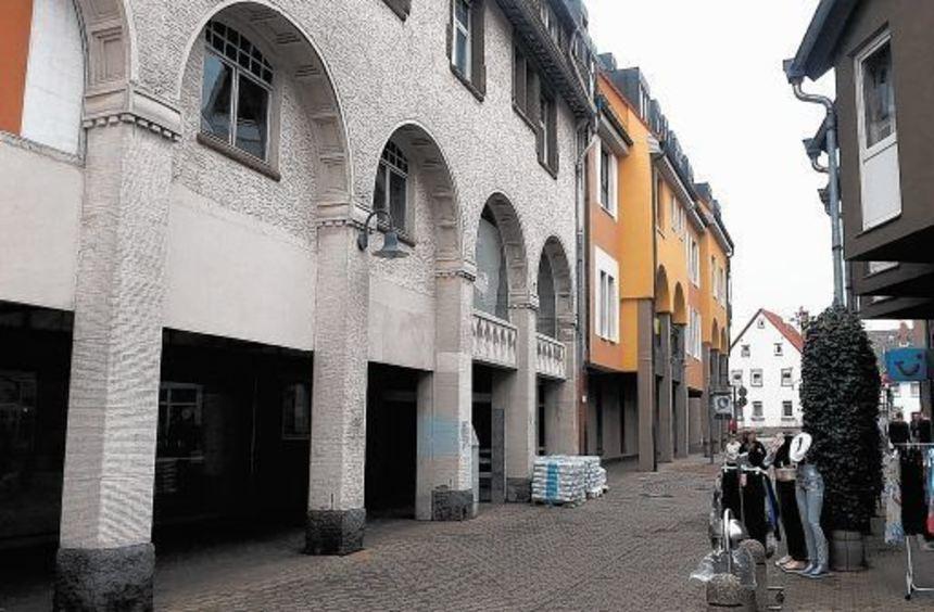 Bis Ende 2005 war im Parterre des Gebäudes Friedrichstraße 21a (links) in Heppenheims Fußgängerzone ...