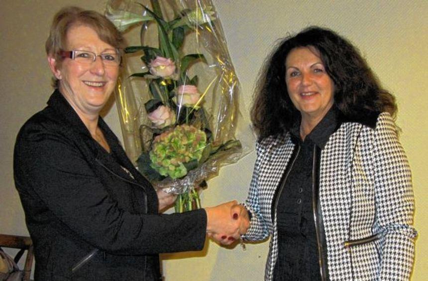 Sonja Leyghdt gratuliert Carmen Knauer zum Jubiläum.