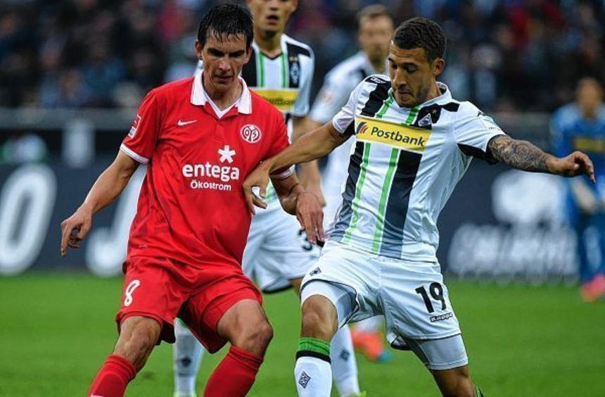 Gladbachs Fabian Johnson (rechts), hier gegen den Mainzer Christoph Moritz, freut sich auf das ...