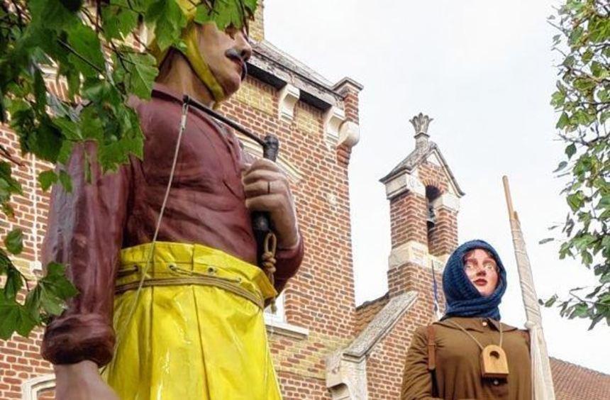 Besuch in der französischen Partnerstadt Gravelines: Vor den großen Fischerfiguren posieren von ...