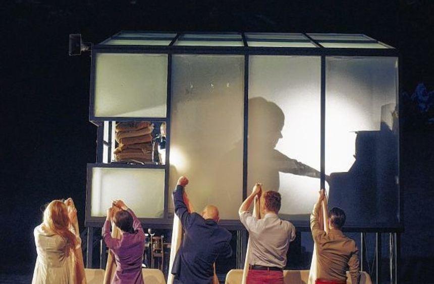 """Morbides Treiben: Szenenbild aus der Stuttgarter Bühnenfassung von Thomas Manns """"Zauberberg""""."""