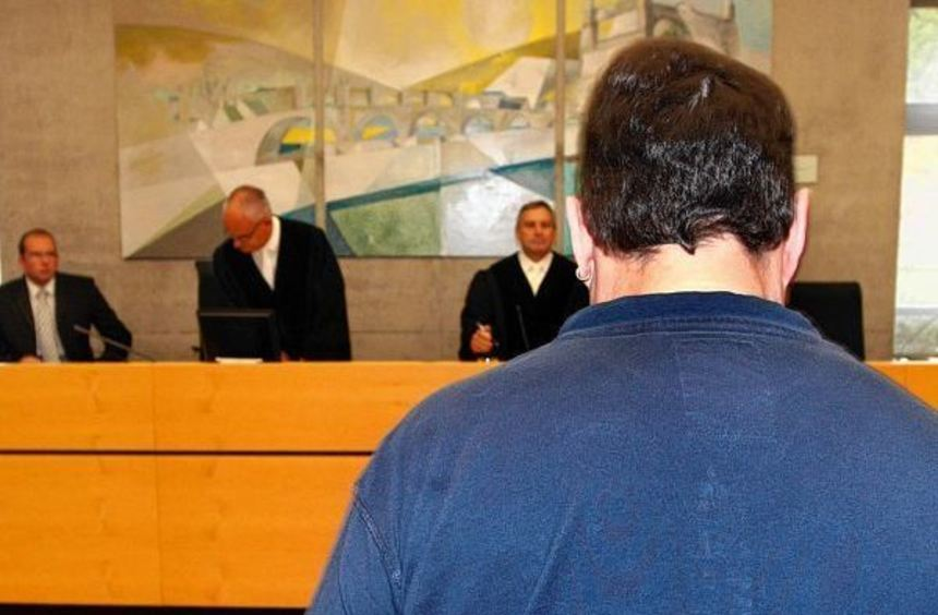 Der Fernfahrer Michael K. steht im Landgericht Würzburg (Bayern) vor der Richterbank. Der ...