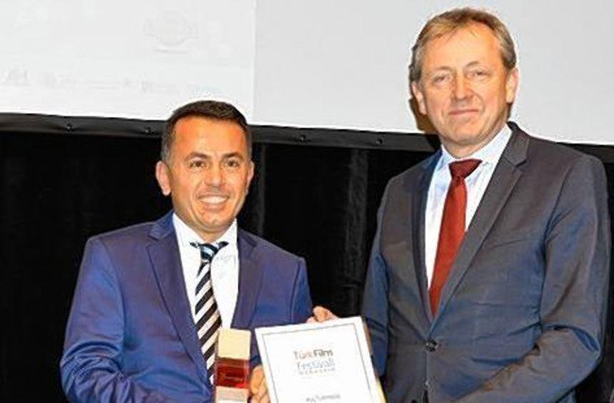 Mehmet Halici (l.) mit OB Peter Kurz bei der Preisverleihung.